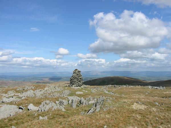 The higher cairn on Artlecrag Pike