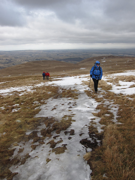 Ascending Loadpot Hill, cold in the wind